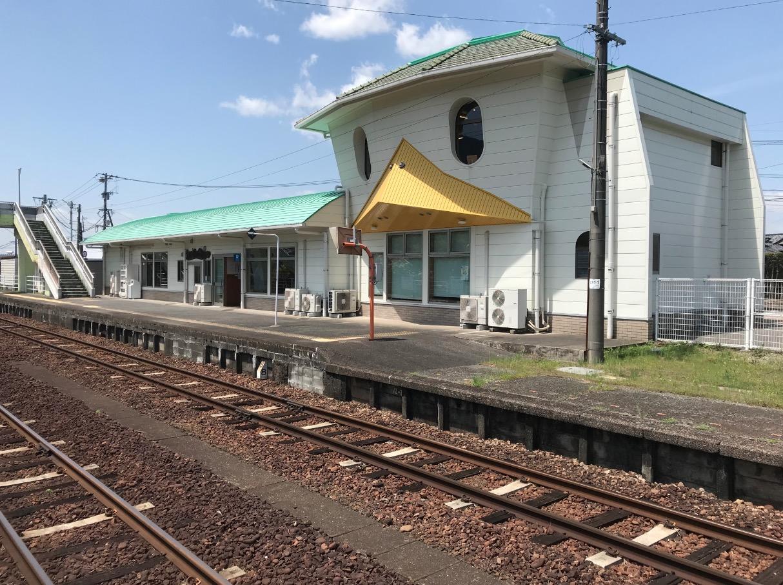 田主丸駅の駅舎をホームから望む