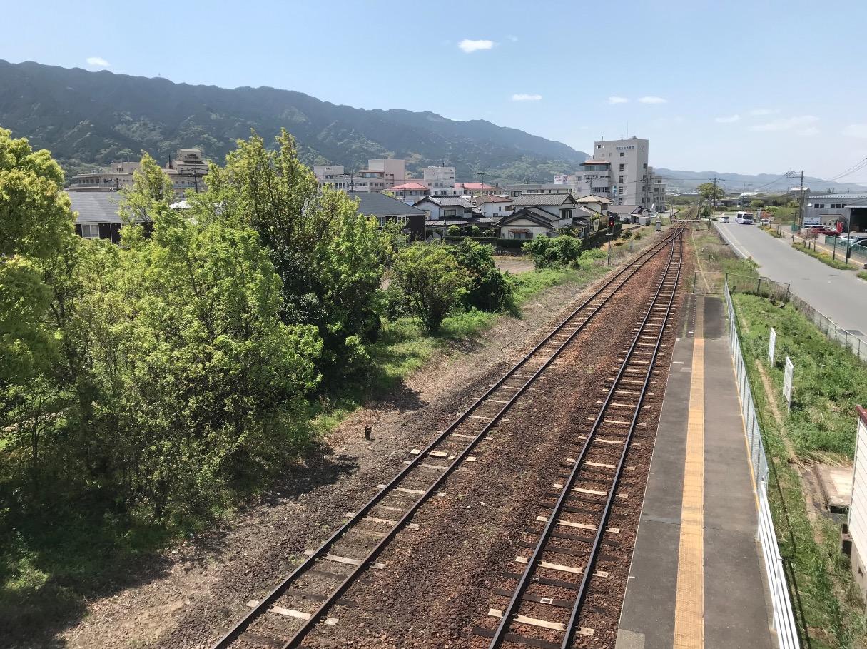 田主丸駅の歩道橋から線路を見下ろす