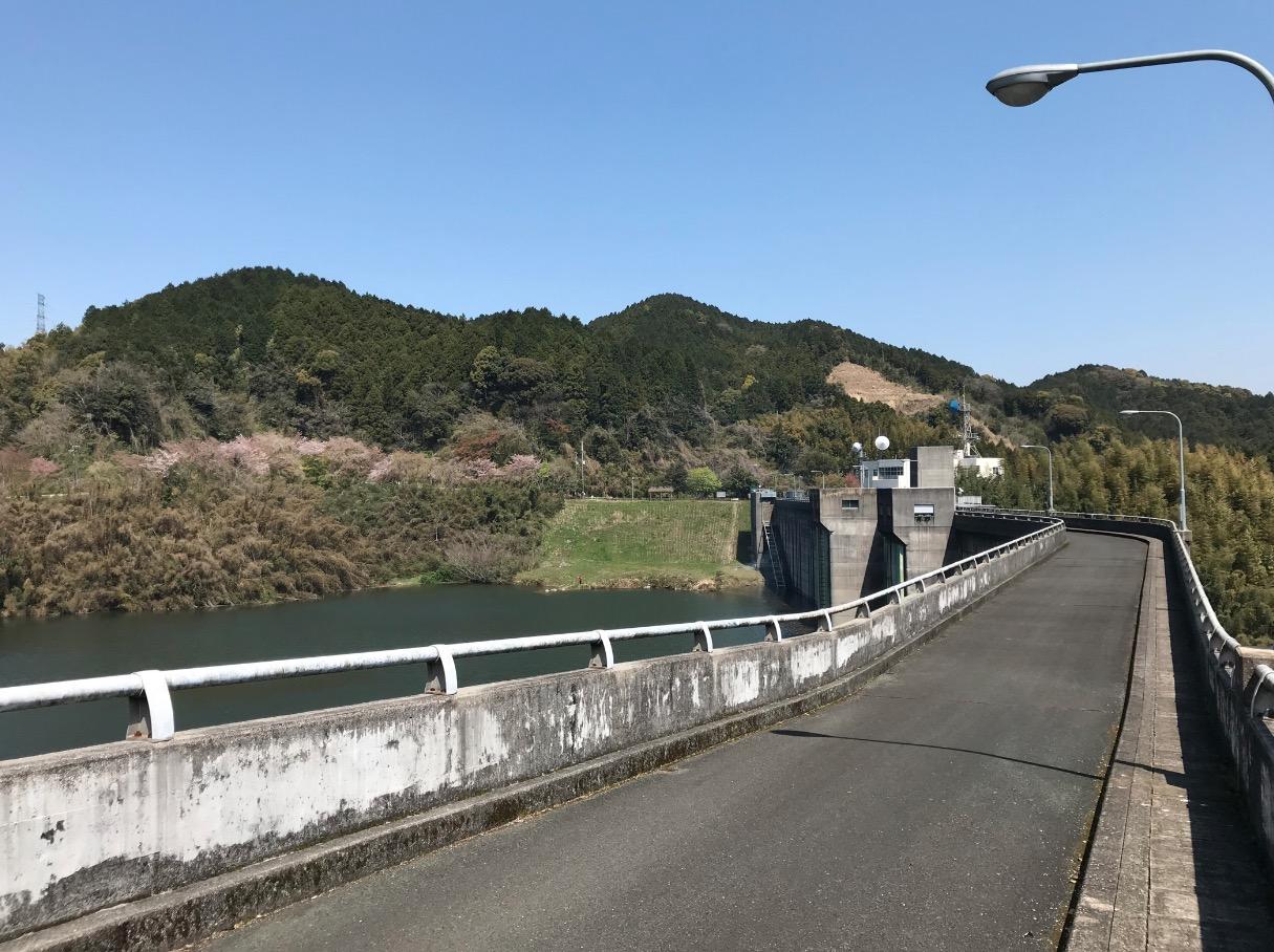 山神ダムのダム堤上部