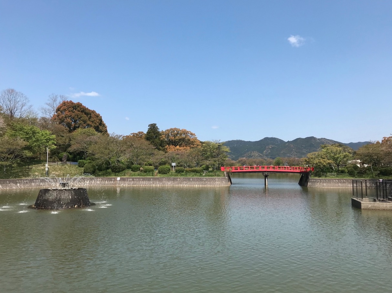 甘木公園(赤い橋と噴水)