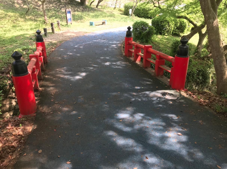 甘木公園のウォーキングコースの赤い橋