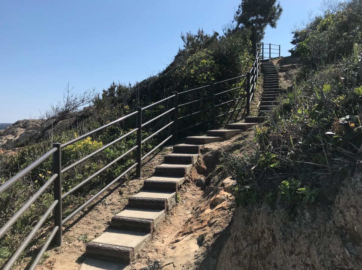 夏井ヶ浜はまゆう公園 展望エリアから海へ続く階段