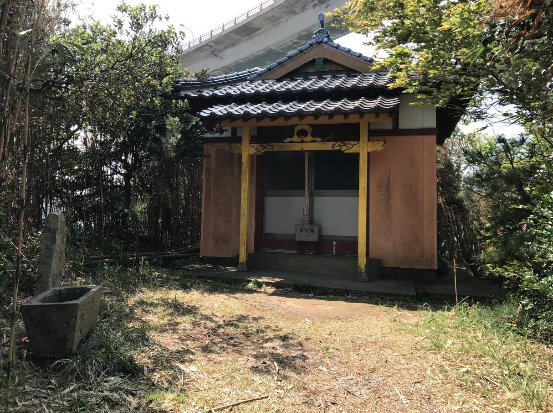 弁天遊歩橋の先に鎮座する弁天神社の拝殿