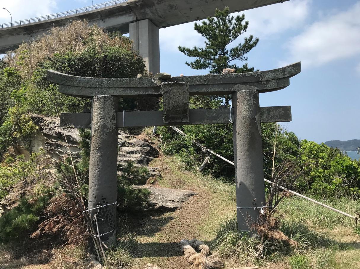 弁天遊歩橋の先に鎮座する弁天神社の鳥居