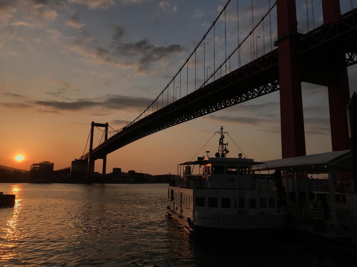 若戸大橋とポンポン船