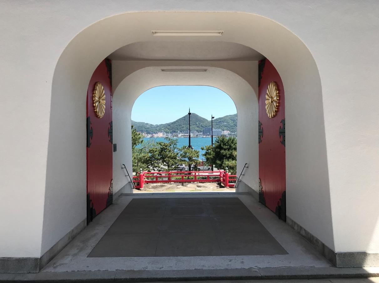 赤間神宮の水天門から関門海峡を眺める