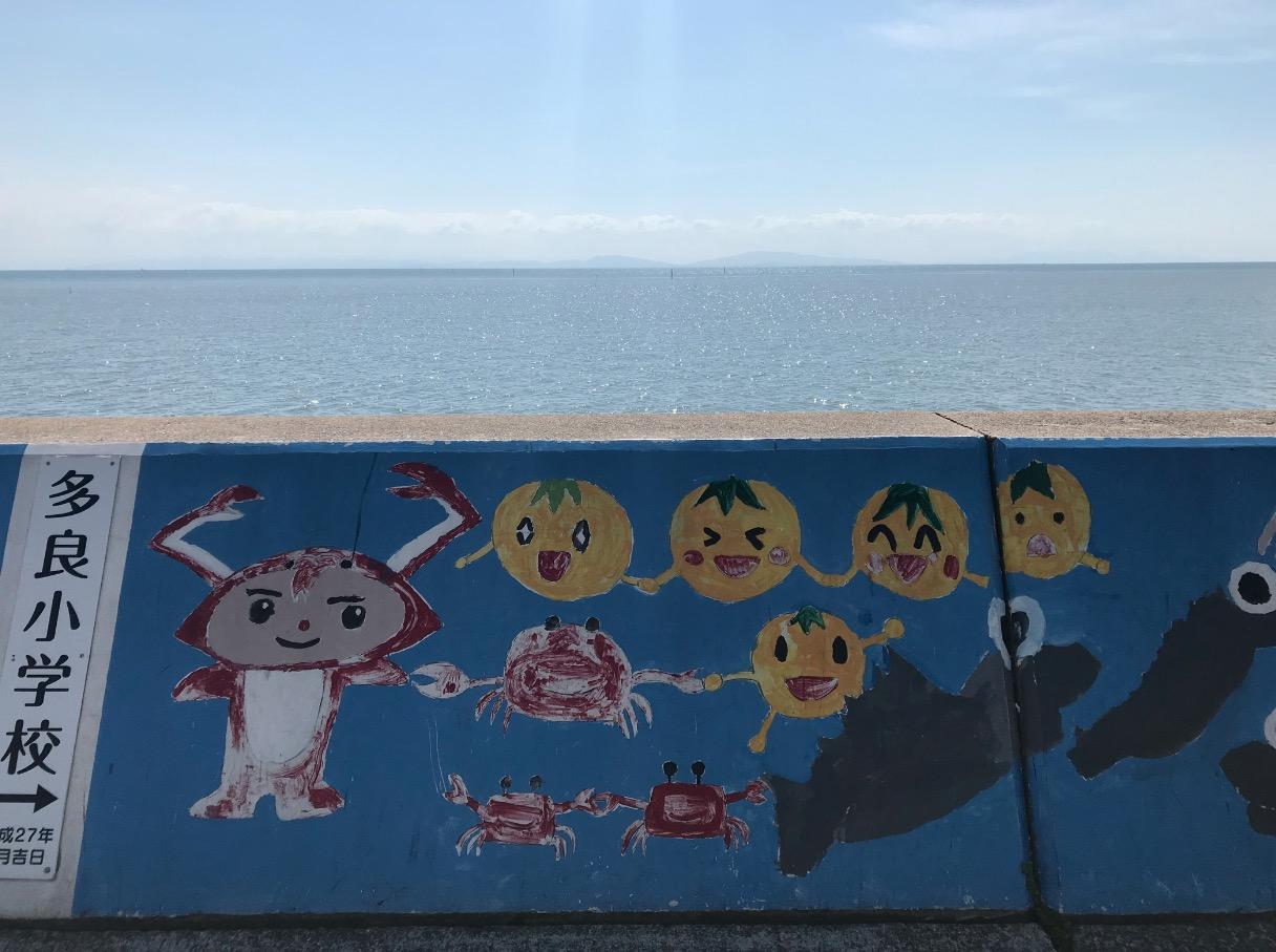 道の駅太良(太良町・佐賀)堤防に描かれた地元の子どもたちのアート