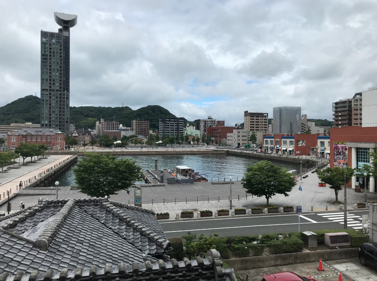 旧門司三井倶楽部から見た海峡プラザ