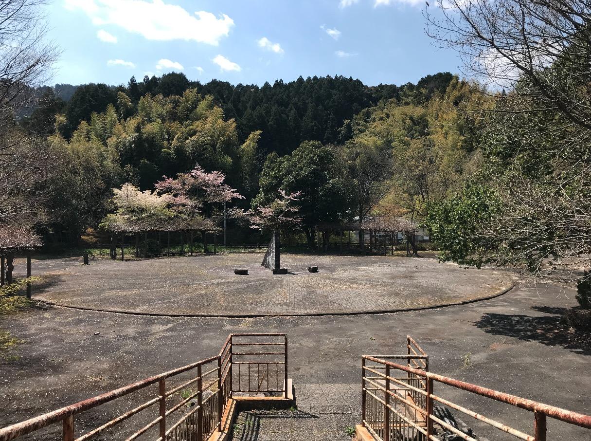 山神ダムの日時計風モニュメント